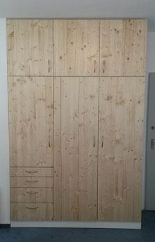 Kleiderschrank, weißer Korpus, massive Türen