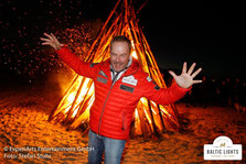 Till Demtrøder vor einem der Biike-Feuer © ExperiArts Entertainment - Stefan Stuhr