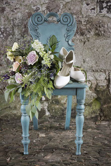 Romantische Dekoration mit Brautschuhen und Brautstrauß
