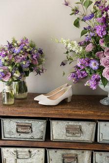 Stilvolle Dekoration mit Brautschuhen und Blumen