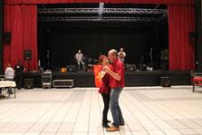 Prix spécial au bassiste et à la danseuse qui ont gagné le challenge de la chemise assortie au rideau !
