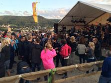 Eine Bigband sorgt auf dem Burgunderfest oberhalb von Bad Neuenahr für eine ausgelassene Tanzstimmung.