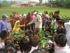 植林の方法を教えるコーディネーター