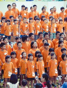 統一Tシャツで合唱した竹富町の子どもたち=16日、竹富町離島振興総合センター