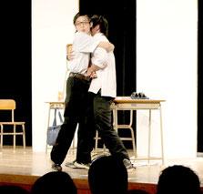 八重高演劇部の定期公演「SHOW☆革命」が行われた。演目「パンティー!」の一場面=2日午後、市民会館