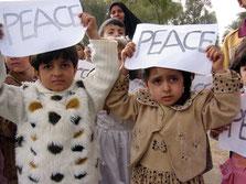 子ども達が戦争反対を訴えるデモに参加 (開戦直前のイラク遺跡の町・バビロン)