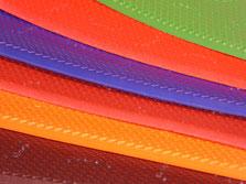 Cette photo représente les différentes couleurs de caoutchouc vibram pour les sabots suédois pour femme et pour homme : noir, rouge, marron foncé, brique, bleu, orange et vert.