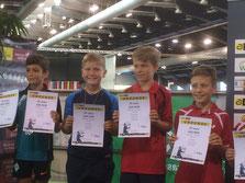 Ruven (zweiter von links) zeigt stolz die Urkunde für den Sieg in der Trostrunde!