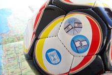 Ein Fußball mit Israel-Aufklebern