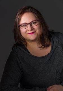 Autorin für Fantasy Romane mit Magie, Romantik und Dämonen - sie kommt aus Bayern und ist auf Amazon zu finden