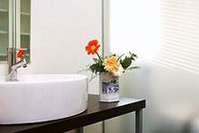 <<お花の楽しみ方>> 美しい缶を、花器にして飾ってみて下さい。