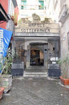 Eingang zum alten Zisternensystem in der Altstadt von Neapel