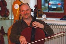 Werkstatt für Cellobau. Urs Mächler baut auch Geigen und Bratschen und Bogen