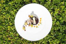 Halbkugel aus Milchschokolade, glasierte Trauben – Mangomark by Hotel Sonnbichl in Dorf Tirol bei Meran - Gourmet Südtirol