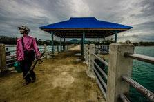 Среди равайских туристов есть поверье, что если встать с рассветом и пойти на пирс, то можно встретить идущих домой рыбаков с ведрами свежего улова...