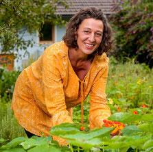 Helga Graef im Kräutergarten | www.brot-und-leben.at
