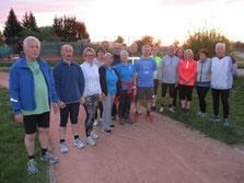 """Die Gruppe vor dem """"Start"""" mit dem Trainer Hans-Peter Bisch vorne links."""
