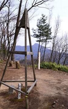 山頂です                          三角点と山頂標識そしてその向うに日野山です