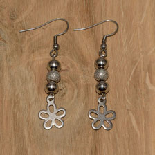 """Ohrringe Edelstahl """"Pearls"""" mit Ohrhaken aus Edelstahl 316 / 316l und Charm """"Blume"""" aus Edelstahl 304 (© Raven Edelstahlschmuck)"""
