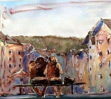 Paar sitzt auf einer Bank in der Marktstraße in Tölz