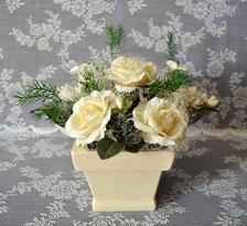 Rosen cremefarben im viereckigen Keramiktopf