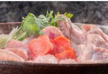 水炊き鍋セット、朝引き鳥もも肉と鳥つみれを自家製水炊きスープで召し上がっていただけるセットです。