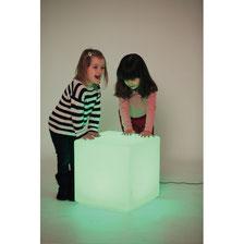Cube lumineux avec lumières LED. Cube adapté pour jeux enfants ou comme un siège à acheter pas cher. Dimensions du cube lumineux qui s'éclaire en pleine nuit 40 x 40 x 40 cm.