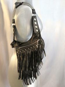 Revolverbag aus schwarzem Leder mit vielen Fransen und Nieten