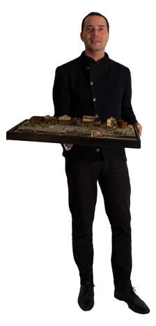 Matthias Bechtle präsentiert ein Modell des des Donaukanales um 180 aus dem Jahr 1941.