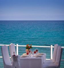 Hotel Istron Bay auf der Strandterrasse