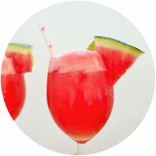 Bild: Rezept für fruchtige Wein Slushies - Mit diesem Rezept ganz einfach das Trendgetränk des Sommers Wein Slusie und Frozés mit Weisswein oder Rosé und gefrorenen Früchten wie Wassermelone mixen; gefunden auf partystories.de