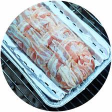 Bild: Rezept für Grillbombe - So einfach einen Hackbraten im Speckmantel samt Füllung zubereiten und grillen, perfekt als Partyfood für eine Grillparty, Gartenparty oder Sommerparty. Anleitung von www.partystories.de