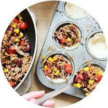 Bild: Rezept für Wraps mal anders – kleine Wrap Muffins als herzhaftes Partyfood mit Hackfleisch Füllung oder vegetarisch, leckere mexikanische Party Snacks; gefunden auf www.partystories.de