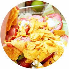 Bild: Einfacher Party Salat ohne Fleisch - Rezept für mexikanischen Schichtsalat als Party Salat mit Tomaten, Mais, Chili Bohnen und Nachos; leckeres TextMex Rezept von www.partystories.de