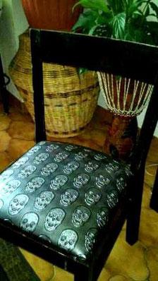 """Chaise relookée """" Tête de mort """""""