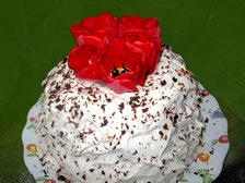 Шарлотка со сливками, украшенная живыми тюльпанами