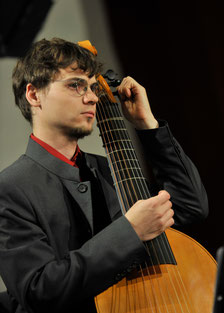 Diethard Krause beim Stimmen seiner Viola da Gamba