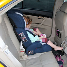 Kindersitz im Auto auf Kuba.