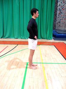 Rehabilitacja kolana - wypady w tył: pozycja początkowa.