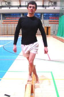 Rehabilitacja kolana: ćwiczenie nr 3 - wejście na stopień.