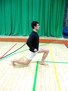 Rehabilitacja kolana: wypady w tył - pozycja końcowa