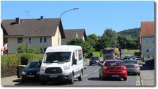 Dichter Verkehr in der Ortsdurchfahrt von Landenhausen. Die Umgehung soll die Anlieger entlasten · Foto→ bblw-info.de