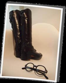 とにかく形が綺麗で程よいヒールの高さのなサルトルのブーツ^^& トムフォードのマルメガネ^^ 秋冬はニットキャップなのでつば広帽子ですっぴんを隠せないので サングラス代わりにマルメガネをヘビロテ予定^^!(実際冬が終わってみたら、UGGばかりで あまりこのブーツは履きませんでした)
