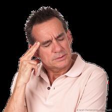 Wer mit den Zähnen knirscht, hat häufig Kopfschmerzen im Schläfenbereich