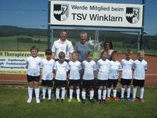 Trikotübergabe mit den Junioren, sowie Hans Hutzler, Peter Reitinger und Trainerin Groß Manuela (v.links)