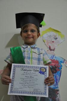 Nouchine mit ihrem Kindergartendiplom