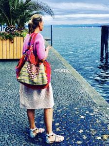 Ansteckend: Christina 2017 im farbenfrohen Urlaubslook.