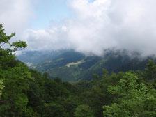 標高1,000mの山々に囲まれる利賀村