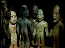 Las figuras celebres de jade de La Venta, Tabasco, con sus cráneos alargados, representan una ceremonia de sacerdotes.