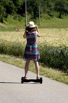 fillette joue sur hoverboard